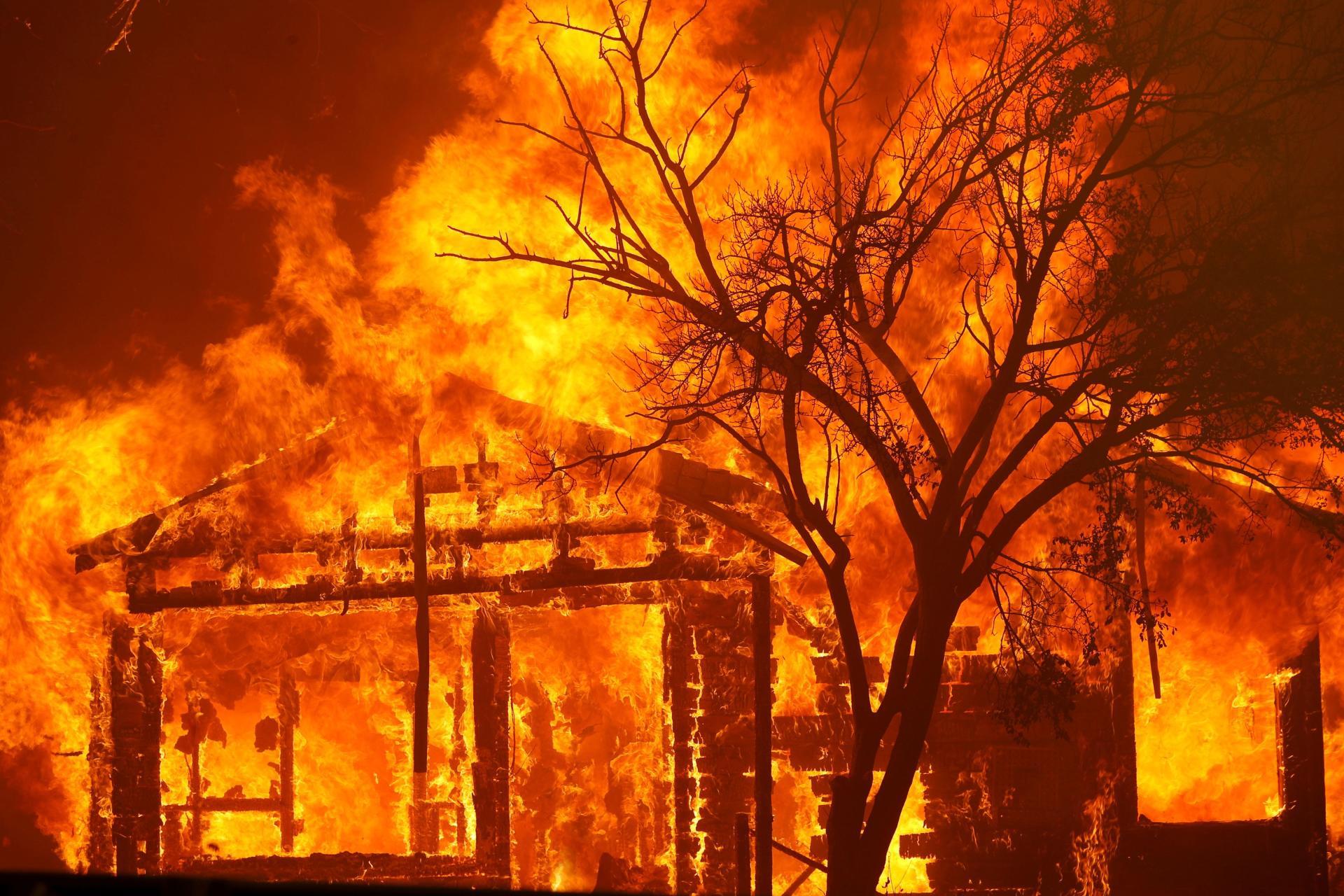 Une maison brûle à la périphérie de Vacaville, en Californie, le 19 août.