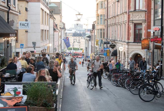 Contrairement au reste des pays européens, la Suéde a pris le parti de ne pas confiner sa population, ni de fermer ses lieux publics (ici, une rue fréquentée du quartier deSödermalm à Stockholm, le 20 août).