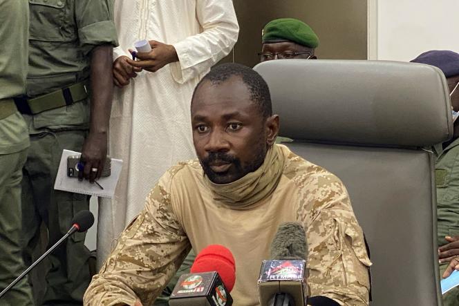 Le colonel Assimi Goita, lors d'une conférence de presse se tenant le mercredi 19 août au ministère de la défense, à Bamako, au Mali.