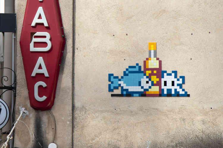 Du poisson et du «Pac à l'eau», sinon rien ! La boisson au citron«made in Provence» dans le quartier populaire de Belsunce, près de la gare (MARS_57, Marseille, 2020).