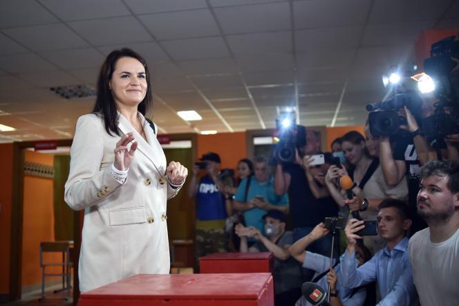Svetlana Tsikhanovskaïa, le 9 août, dans son bureau de vote.