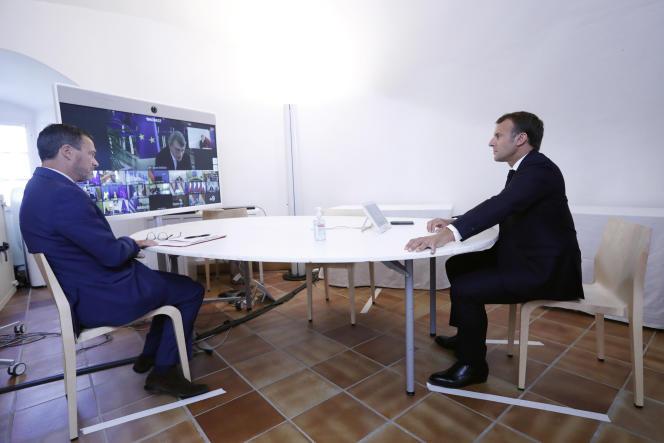Emmanuel Macron assiste à une vidéoconférence avec des membres du Conseil européen sur la situation en Biélorussie, à Brégançon (Var), le 19 août.