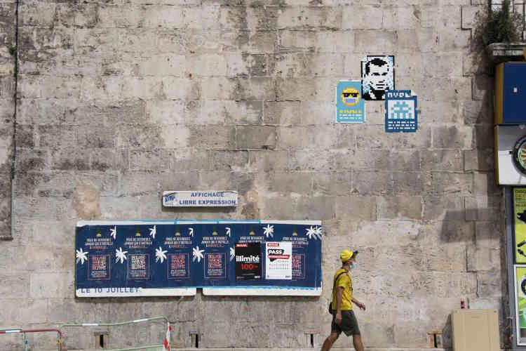 Triptyque d'affiches où l'on reconnaît Zizou, l'icône locale, dans uneartère de l'hyper-centre près de la Canebière (MARS_39, Marseille, 2020).