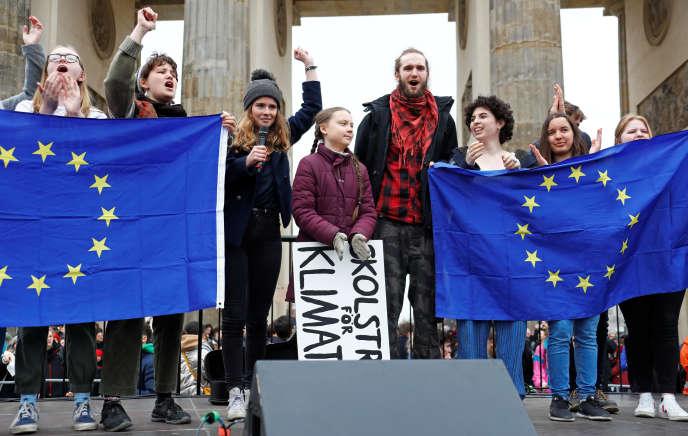 Luisa Neubauer et Greta Thunberg, lors de la manifestation «Fridays for Future», devant la porte de Brandebourg, à Berlin, le 29 mars.