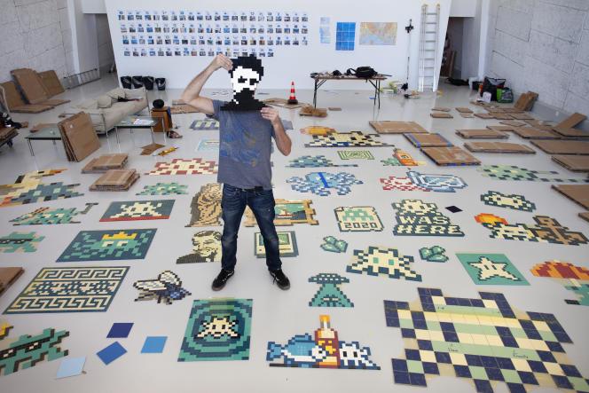 Le street-artiste Invader en pleine préparation de son exposition-invasion, au MAMO, à Marseille, le 5 août.