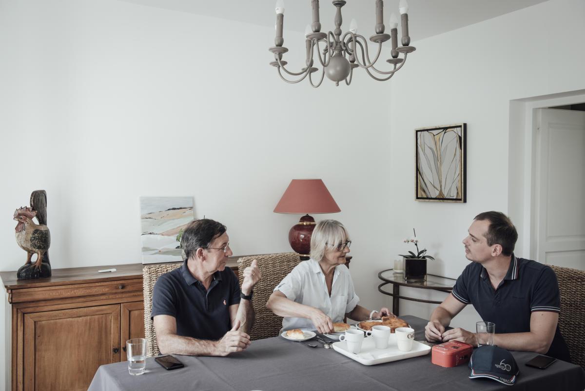 A Noyon (Oise), le 15 août 2020. Dominique Stievenart, la mère, a préparé un gâteau. Son mari, Jean-Luc, et leur fils, Guillaume, échangent sur le vol qu'ils viennent d'effectuer.
