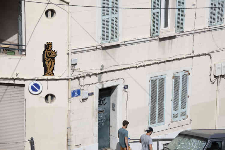 Bonne-Mère avec un space invader sur la route dela basilique Notre-Dame de la Garde(MARS_43, Marseille, 2020).