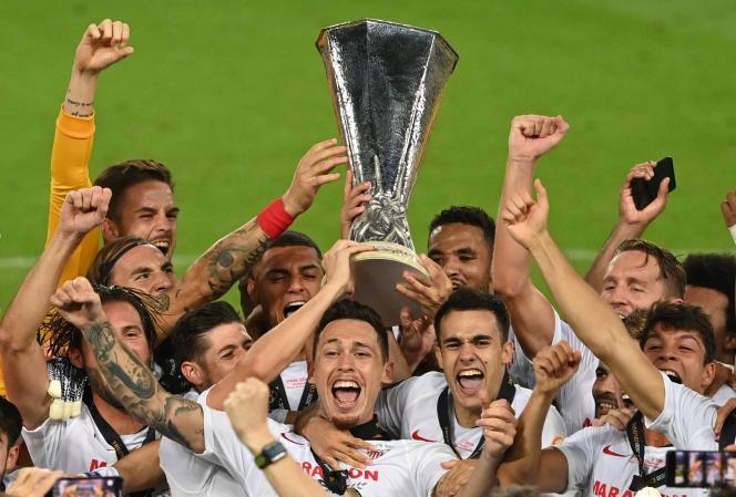 Les joueurs du FC Séville célèbrent leur victoire en finale de la Ligue Europa, le 21août à Cologne (Allemagne).