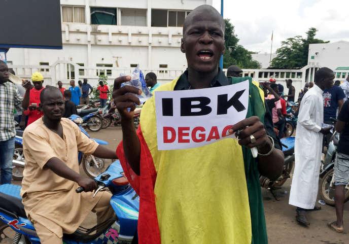 Un manifestant appelle au départ du président malien, à l'extérieur de la ville de Bamako, le 18 août.