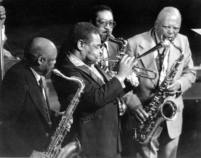 De gauche à droite : Eddie Barefield, Dizzy Gillespie, Hal Singer et Howard Johnson lors d'un hommage au saxophoniste Coleman Hawkins, au Avery Fisher Hall de New York, le 28 juin 1983.