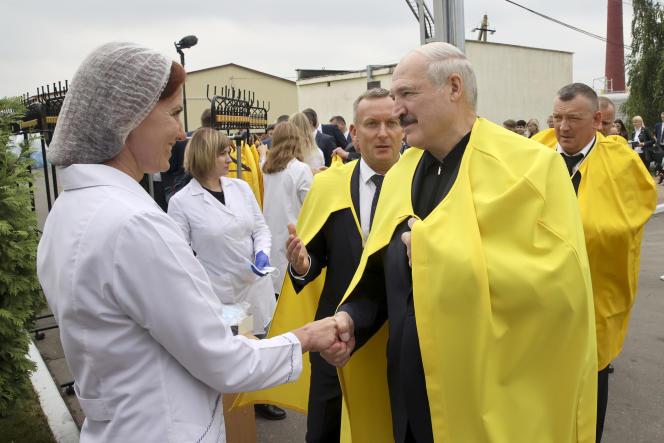 Le président biélorusse, Alexandre Loukachenko, en visite à Dziarjynsk, au sud-ouest de Minsk, le 21août2020.
