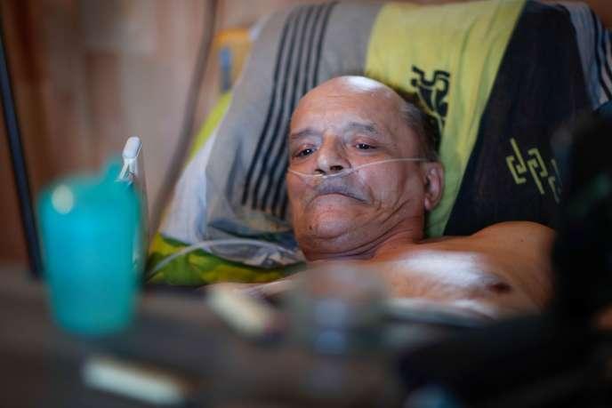 Alain Cocq, 57 ans, dans son lit médicalisé, chez lui, à Dijon (Côte-d'Or), le 19 août.