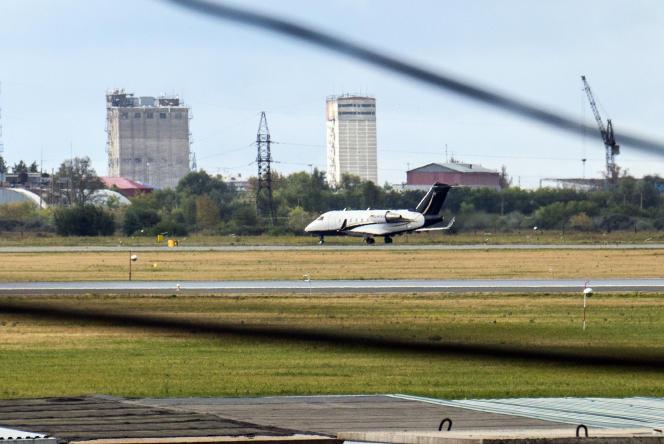 Un avion médical allemand se tient prêt à embarquer Alexei Navalny, à l'aéroport d'Omsk, le 21 août.