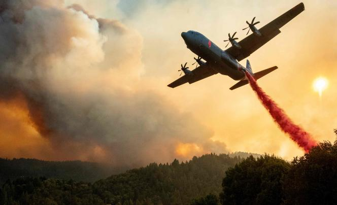 Un avion largue du retardant sur le«Walbridge Fire », nom donné à une partie du «LNU Lightning Complex», l'un des grands incendies qui ravagent ces jours-ci la Californie.