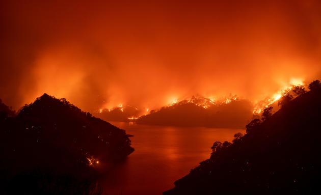 Le lac Berryessa est prisonnier des flammes d'un des deux plus grands incendies qui sévit enCalifornie, le LNU Lightning Complex, dans la vallée de Napa, le 19 août.