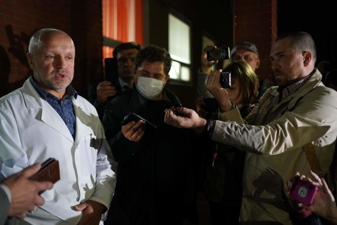 Anatoli Kalinitchenko, le directeur adjoint de l'hôpital où est soigné Alexei Navalny, s'adresse aux médias, à Omsk, le 21 août.