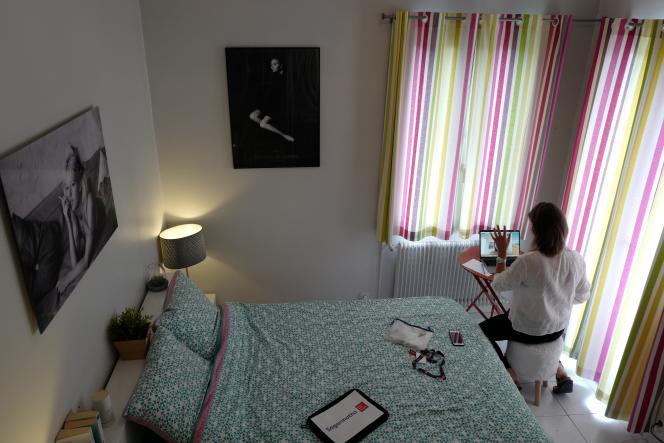 Un employée échange avec ses collègues depuis son appartement de Nice (Alpes-Maritimes), le 15 mai.