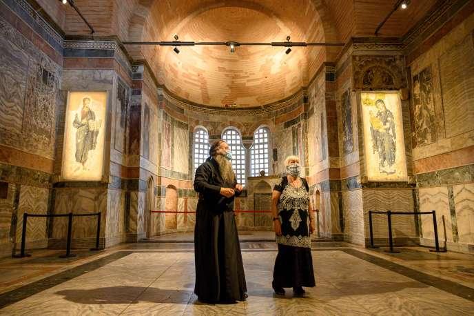 Un prêtre et une femme visitent la Chora, à Istanbul, le 21août.