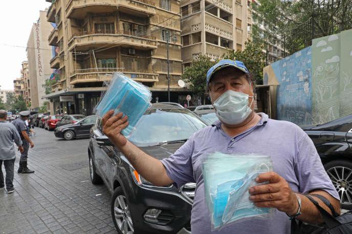 Un homme vend des masques dans les rues de Beyrouth le 29juillet, avant un reconfinement non abouti en raison de l'explosion du 4 août.