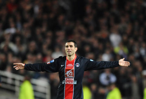 PSG's forward Pedro Miguel Pauleta celebrates at the end at the end of the French cup quarter final football match Carquefou vs. PSG on April 16, 2008 at the stadium La Beaujoire in Nantes. PSG won 1 to 0. AFP PHOTO PATRICK HERTZOG (Photo by PATRICK HERTZOG / AFP)
