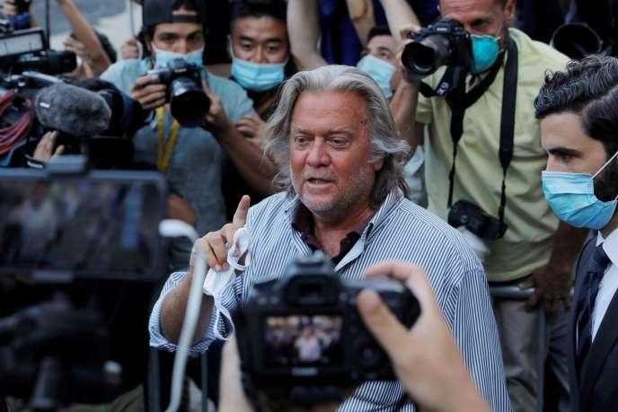 L'ancien stratège en chef de la Maison Blanche Steve Bannon quitte la cour fédérale de Manhattan, à New York, après sa mise en examen pour détournement de fonds, le 20 août 2020.