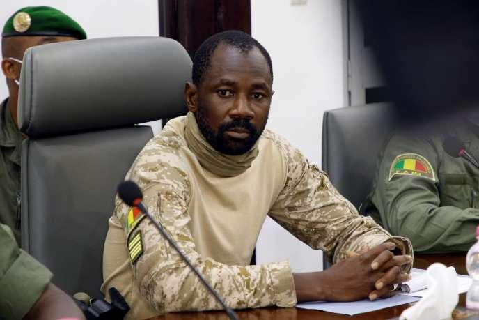Le colonel Assimi Goita, chef de la junte et du Comité national pour le salut du peuple (CNSP), lors d'une réunion avec les médiateurs de la Cédéao, à Bamako, le 22 août 2020.