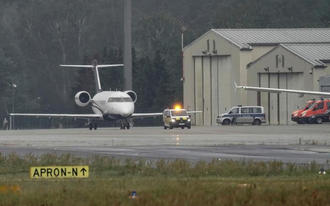 L'avion médicalisé transportant Alexeï Navalny sur le tarmac de l'aéroport de Berlin-Tegel, dans la capitale allemande, samedi 22 août au matin.