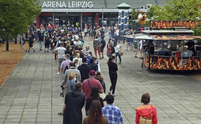 Les participants à l'expérience patientent pour entrer dans la salle de concerts, àLeipzig, dans l'est de l'Allemagne, samedi 22août.