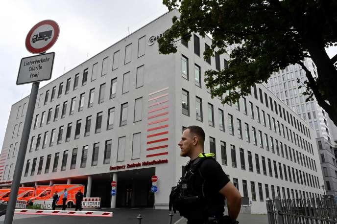 Le 22août, devant l'hôpital de la Charité, à Berlin, où l'opposant russe Alexeï Navalny est désormais soigné.