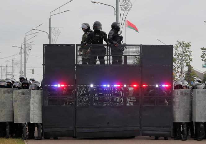 Les forces de l'ordre bloquent une rue lors d'une manifestation des opposants au régime deLoukachenko devant le palais de l'Indépendance à Minsk, Biélorussie, dimanche 23 août.
