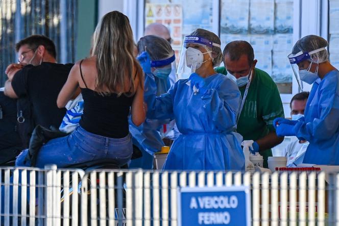 Des vacanciersrevenant de Sardaigne par ferry subissent un test de dépistage obligatoire, dans le port de Civitavecchia (Italie), le 23août2020.