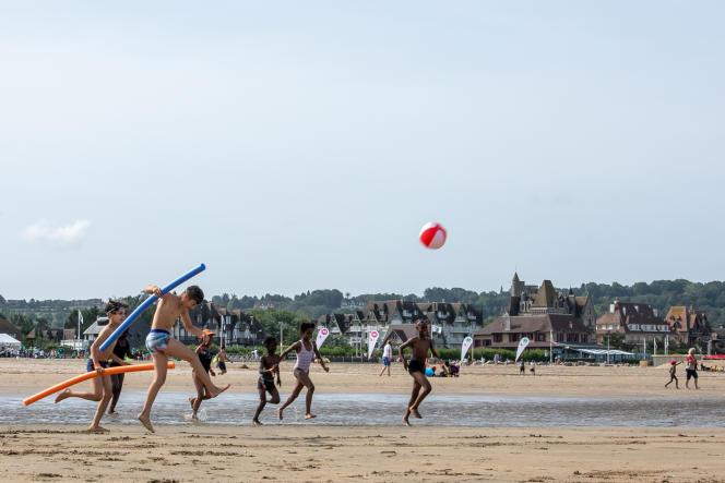 La plage de Deauville (Calvados) n'avait jamais vu autant de familles venues de quartiers cette année.