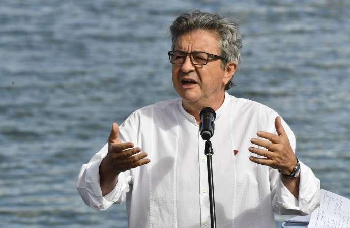 Le leader de La France Insoumise, Jean-Luc Mélenchon, lors de son discours-fleuve en clôture des« amphis d'été» de son mouvement, près de Valence, dans la Drôme, dimanche 23 août.