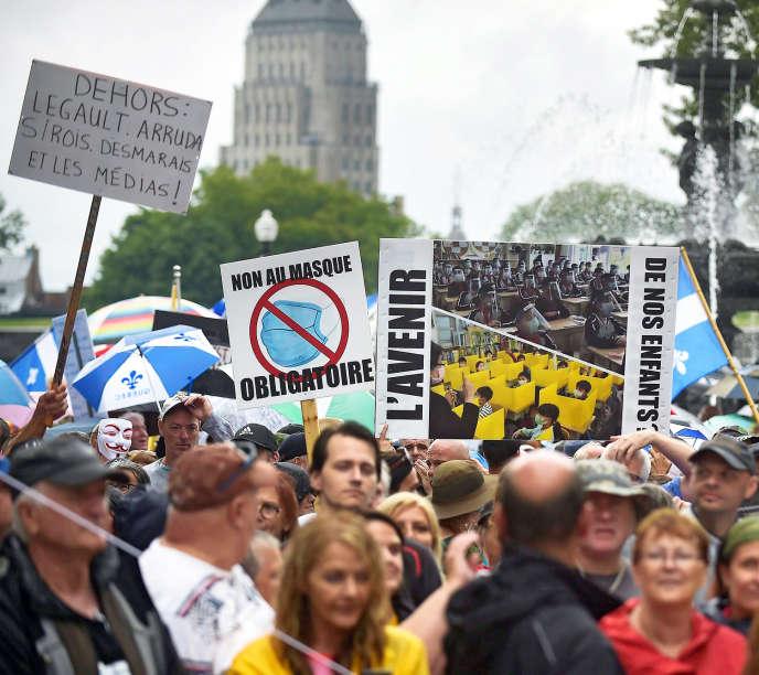 <p>Manifestation anti-masque devant l'assemblée nationale du Québec, le 26 juillet.</p>