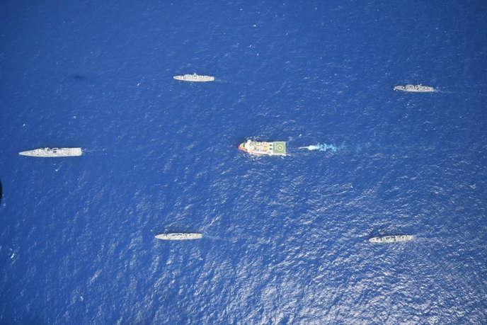 Le navire de prospection «Oruç Reis», rouge et blanc, entouré de bâtiments de la marine turque, à l'ouest d'Antalya, en Méditerranée, le 10 août. Photographie fournie par le ministère turc de la défense.