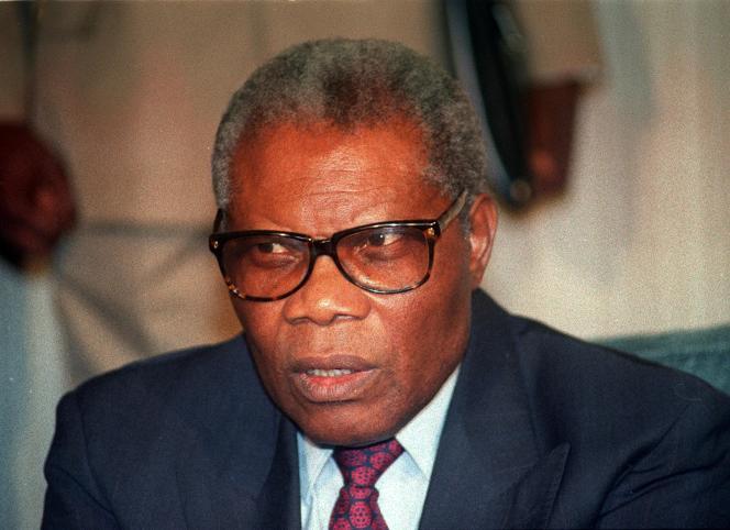 Pascal Lissouba en septembre 1992, peu de temps après son élection à la présidence de la République du Congo, lors d'une conférence de presse à Abidjan, en Côte d'Ivoire.