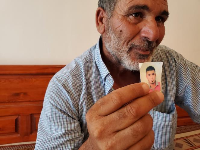 Ahmed Ghédir montre une photo de son fils, Helmi, mort noyé en essayant de traverser la Méditerranée.