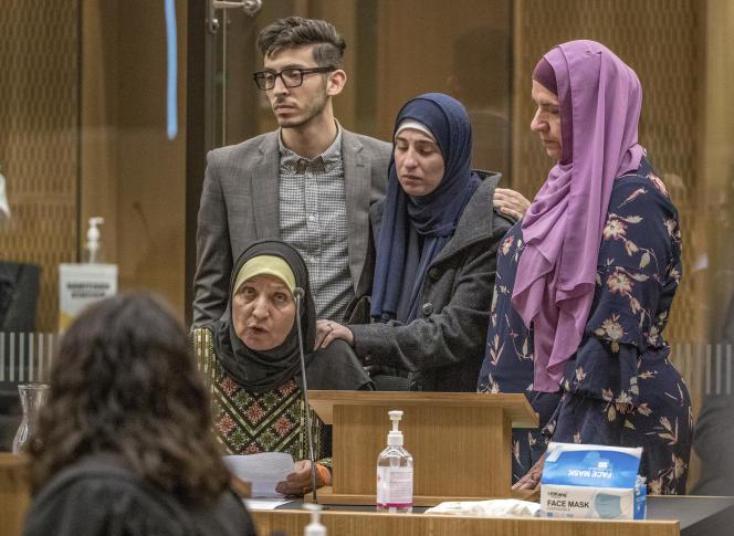 Maysoon Salama, mère d'une victime de la tuerie, et sa famille, le 24 août au tribunal de Christchurch.