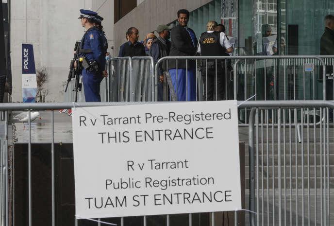 Les familles et les survivants de la tuerie de Christchurch arrivent au tribunal le 24 août.