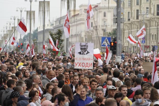 Les opposants au régime de Loukachenko défilent vers la place de l'Indépendance, à Minsk, dimanche 23 août.