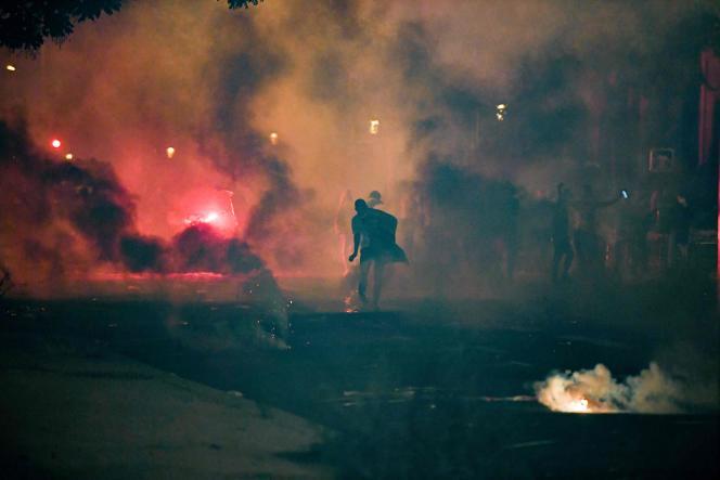 Nuage de gaz lacrymogènes tiréspar des policiers pour disperser des supporteurs violents du PSG, près du stade du Parc des Princes, le 23 août.