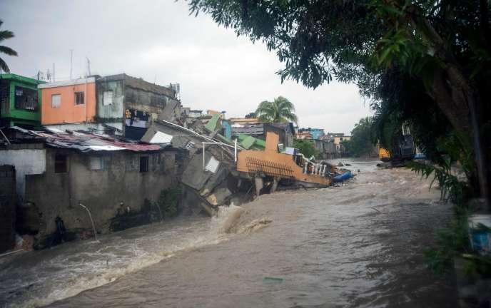 Une maison s'effondre dans une rue de Saint-Domingue, en République dominicaine, le 23 août 2021.