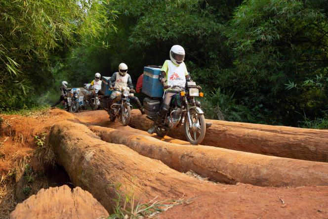 Un convoi de Médecins sans frontières (MSF) achemine des fournitures médicales dans la province de Mongala, en République démocratique du Congo, le 27février 2020.