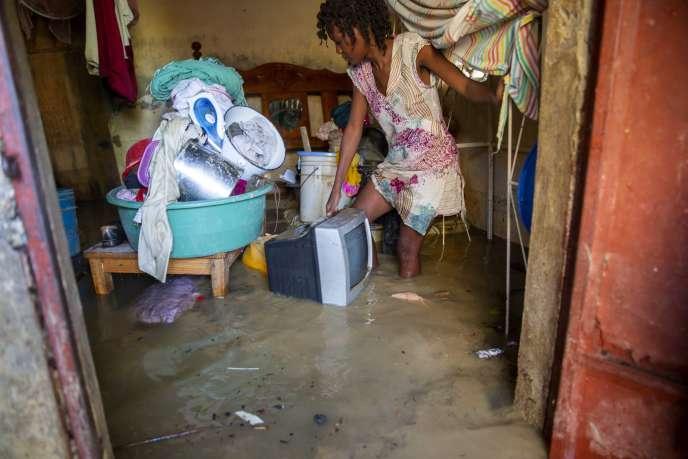 Katia Lafaille, 28 ans, récupère des objets de sa maison inondée au lendemain du passage de la tempête Laura à Port-au-Prince (Haïti), lundi 24 août 2020.