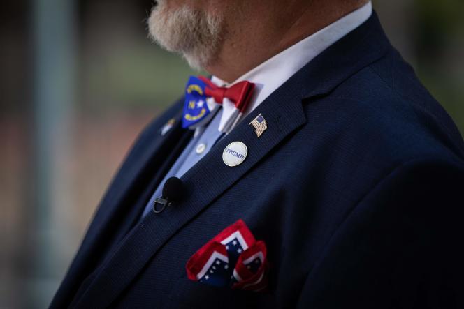 Un membre du parti républicain devant le centre de convention de Charlotte (Caroline du Nord), le 23 août.