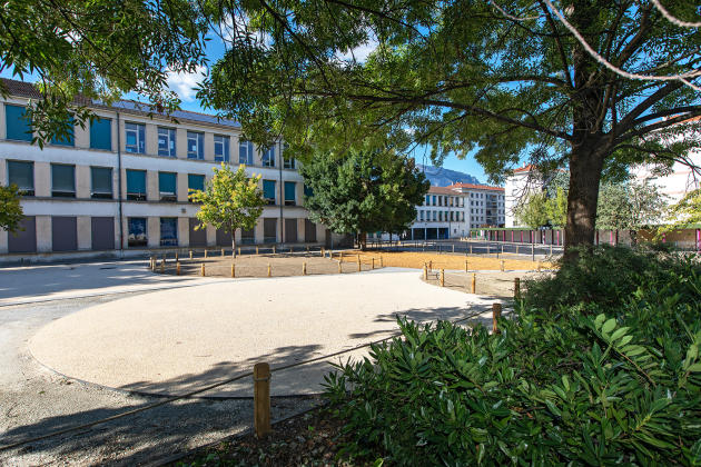 Réaménagement des espaces « bulles de détente » de la cour de l'école Clémenceau à Grenoble, initié par la mairie et l'association Robins des villes.