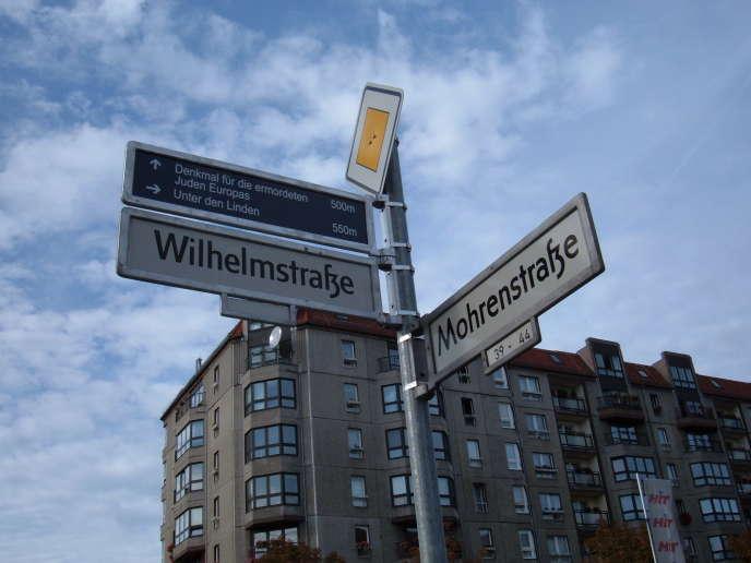 Le panneau marquant l'intersection entre la Wilhelmstrasse et la Mohrenstrasse, à Berlin, en 2004.