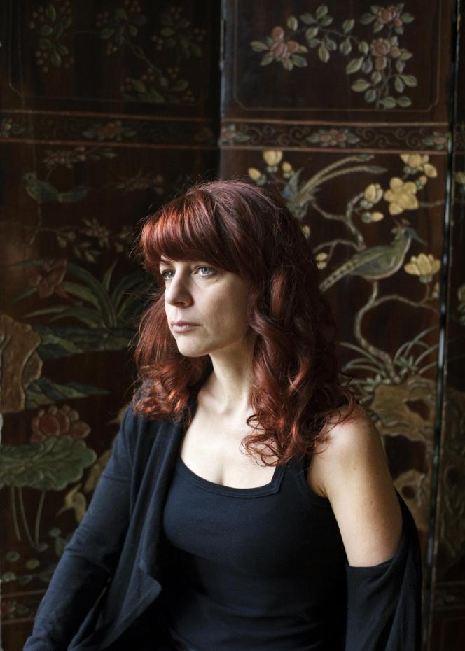 L'écrivaine Sarah Chiche, chez elle, à Paris, en 2018.
