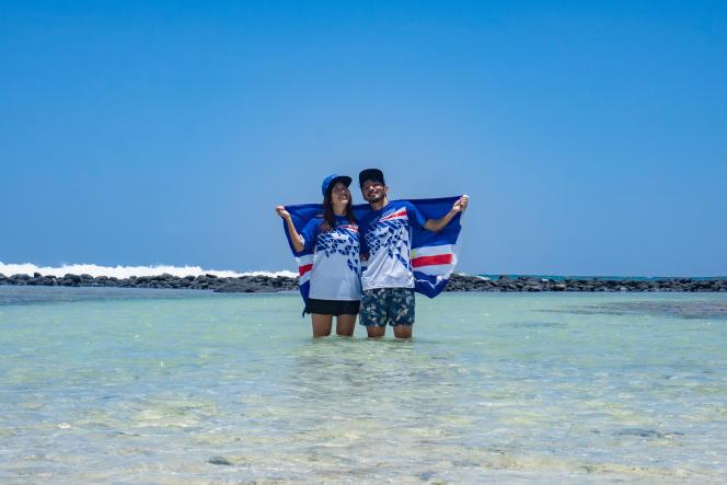 Rikiya et Ayumi Kataoka posent avec le drapeau et des maillots du Cap-Vert à Santa Maria, le 15août 2020.