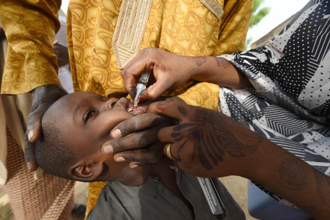 Un enfant reçoit un vaccin contre le poliovirus sauvage, à Hotoro-Kudu, dans le nord-ouest du Nigeria, en avril 2017.